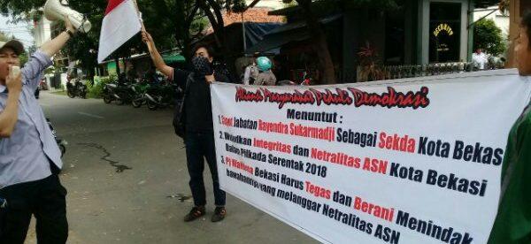 Aksi unjuk rasa ormas AMPD di depan Kantor Walikota Bekasi, Rabu 16/5 (dok. KM)