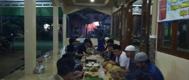 Buka puasa bersama santri di Masjid Daarul Muhajirin, Tajurhalang, Bogor (dok. KM)