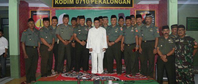 Dandim 0710/Pekalongan Letkol Inf Muhammad Ridha dan jajarannya berpose bersama Maulana Habib Lutfi ali Bin Yahya dan ulama setempat pada buka puasa bersama Kamis, 17/5/2018.