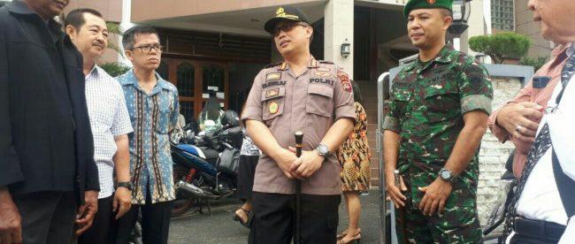 Kapolresta Bogor Kota Kombes Pol Ulung Sampurna Jaya saat berkomunikasi dengan para romo/pendeta, Minggu pagi 20/5 (dok. KM)