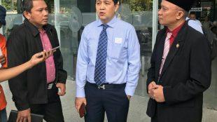 Ketua Umum DPP Serikat Pers Republik Indonesia (SPRI) Heintje Mandagi , Ketua Umum Dewan Pengurus Nasional PPWI, Wilson Lalengke dan tim memberikan keterangan pada sidang kedua gugatan PMH yang dilakukan Dewan Pers, Senin, 21/8/2018 (dok. KM)