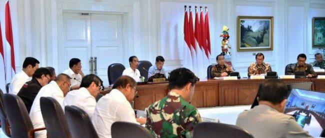 Presiden Joko Widodo memberi arahan pada rapat terbatas penegakan hukum yang melibatkan stakeholder terkait Badan Inteligen Negara (BIN), Tentara Nasional Indonesia (TNI) dan Badan Nasional Penanggulangan Terorisme (BNPT) di Kantor Presiden, Jakarta, Selasa, 22 Mei 2018.
