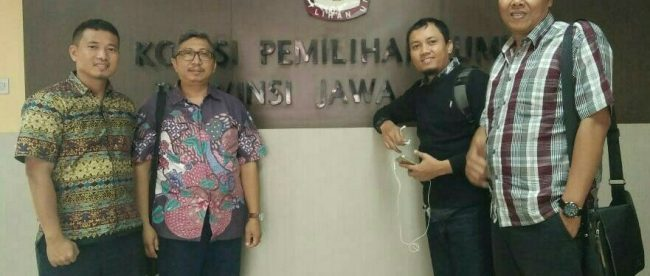 Calon anggota DPD RI Iwan Kusmawan (batik ungu) bersama Tim Pemenangan di Kantor KPU Jawa Barat (dok. KM)