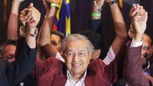 Perdana Menteri Malaysia terpilih Mahathir Mohamad merayakan kemenangan koalisi Pakatan Harapan pimpinannya di Kuala Lumpur, 10/5/2018 (EPA-EFE/Fazry Ismail)