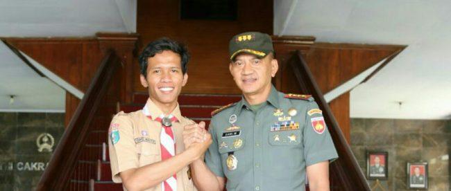 Esriel bersama Danrem Wijayakusuma Kolonel Dani Wardhana saat keliling Indonesia.