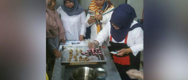 Demo pembuatan kue kering oleh instruktur saat pelatihan memasak ibu-ibu PEKKA (dok. KM)