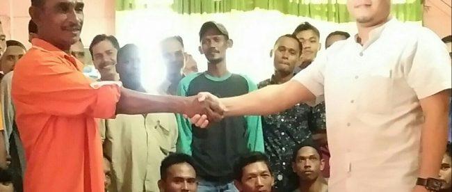 Ketua DPK-PNA Banda Alam M. Jafar Huseun (kiri) sedang bersalaman dengan Bacaleg yang mereka usung, Yusri, pada Kamis 24/5/2018 (dok. KM)