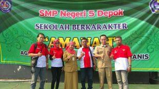 Foto bersama Kepsek SMPN 5 Depok dengan pengurus PWRI DPC Kota Depok, Selasa 8/5 (dok. KM)