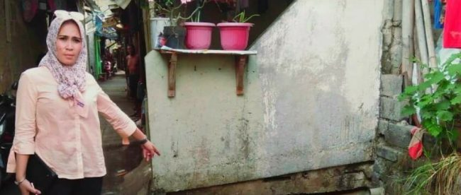 Anggota DPRD Tangerang Selatan Ratu Chumairoh Noor memperlihatkan sampah yang menumpuk di saluran air, Selasa 22/5 (dok. KM)