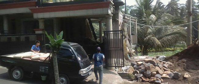 Mobil menurunkan semen di depan rumah Kades Tanjung Sari, Kecamatan Cijeruk, Suryadi (dok. KM)