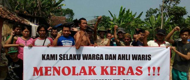 Aksi protes warga Desa Wates Jaya, Cigombong, yang menolak pembongkaran makam oleh MNC Group, Rabu 6/6 (dok. KM)