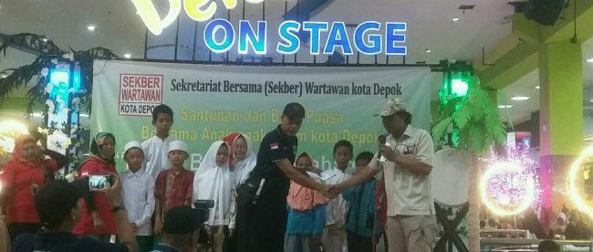 Suasana saat pembagian santunan yatim oleh tim Sekber wartawan Depok (dok. KM)