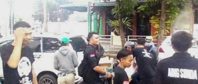 Relawan JEDER membagikan takjil di Loji, Kota bogor, 9/6/2018 (dok. KM)