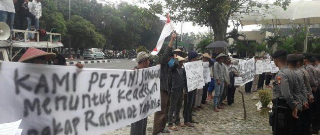 Aksi protes petani yang tergabung dalam