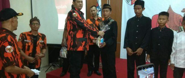 Pimpinan Pemuda Pancasila PAC Bogor Selatan menyerahkan santunan kepada anak yatim, Minggu 10/6 (dok. KM)