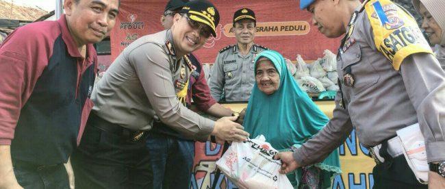 Kapolresta Bogor Kota Kombes Pol Ulung Sampurna Jaya memberikan paket sembako kepada warga dhuafa di lokasi pasar murah sembako di Aspol Panaragan, Kota Bogor, Selasa 12/6/2018 (dok. KM)