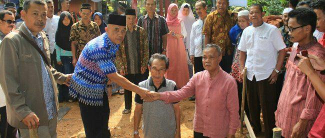 Peletakan batu pertama Gedung Dakwah dan TPA Kampung Dahu, Desa Barengkok, Kecamatan Leuwiliang, Kabupaten Bogor, 17/6/2018 (dok.KM)