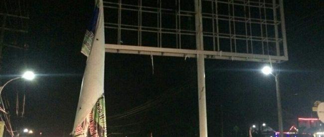 Baliho ucapan selamat Idulfitri milik Wakil Ketua 1 DPRK Aceh Timur terlepas, Selasa 19/6 (dok. KM)