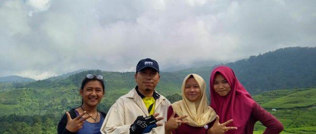 Pengunjung di obyek wisata kebun teh, kawasan Taman Nasional Gunung Halimun Salak, Kabupaten Bogor (dok. KM)