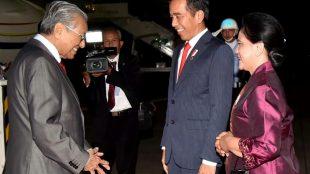 Presiden Joko Widodo dan Ibu Negara menyambut kedatangan Perdana Menteri Malaysia, Mahathir Mohamad di Bandara Halim Perdanakusuma, Jakarta 28/6/2018 (dok. Setpres)