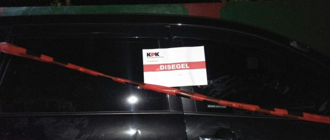 Keterangan foto: Beberapa aset seperti mobil milik Tasdi, Bupati Purbalingga yang terjerat operasi tangkap tangan telah disegel Komisi Pemberantasan KPK sebagai barang bukti.