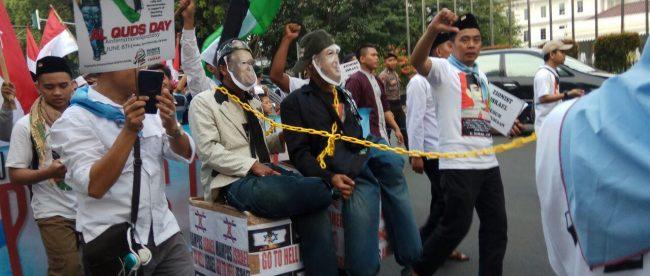 Aksi teatrikal aktivis pada unjuk rasa Hari Quds Internasional di Jakarta Pusat, 8 Juni 2018 (dok. KM)