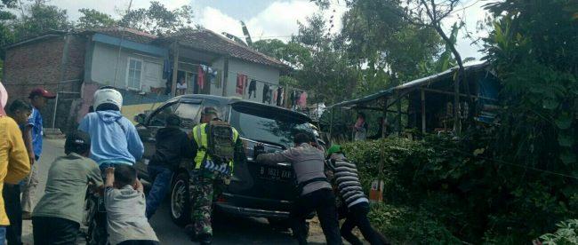 Kapolsek Sukamakmur bersama Koramil, Satpol PP, ormas Pemuda Pancasila, Pramuka dan Polmas berjibaku mengatur lalu lintas dan mengurai kemacetan (dok. KM)