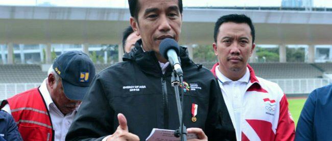 Presiden Joko Widodo memberikan keterangan pers selepas meninjau kesiapan venue Asian Games 2018 di Kompleks Gelora Bung Karno, Senin, 25 Juni 2018.