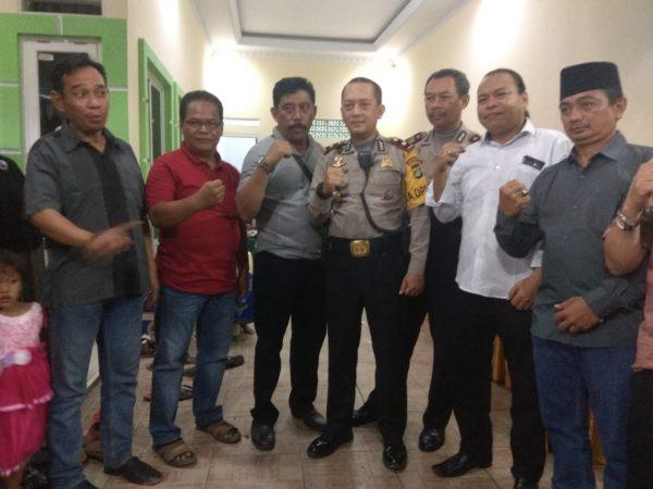 Kapolsek  Bekasi Utara Kompol Dedi Nurhadi besama sejumlah anggota Paguyuban Jawara, Sabtu 14/7/2018 (dok. KM)