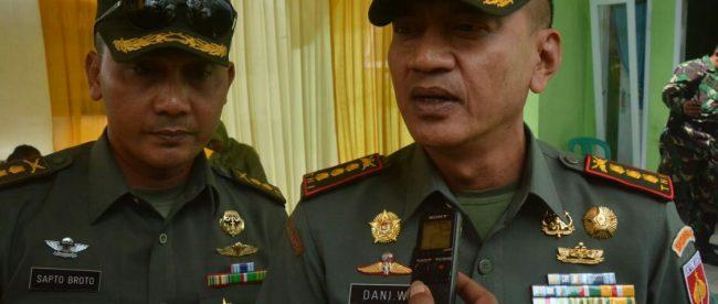 Danrem 071 Wijayakusuma Kolonel Kav Dani Wardhana, memberikan keterangan di sela-sela peninjauan pelaksanaan program TMMD Reguler ke-102 Kodim 0704 Banjarnegara, Selasa 10/7/2018 (dok. KM)