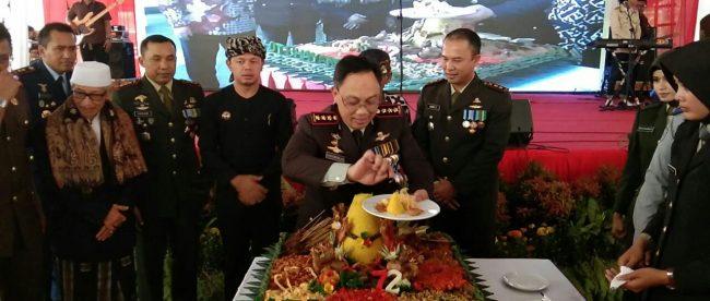 Kapolresta Bogor Kota Kombes Pol Ulung Sampurna Jaya Saat Pemotongan Tumpeng di HUT Bhayangkara ke-72, Rabu 11/7/2018 (dok. KM)