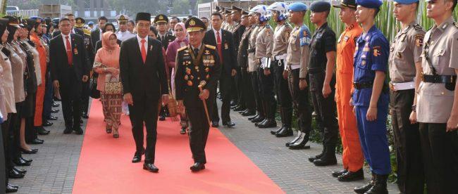 Presiden Joko Widodo bersama Kapolri Jenderal Polisi Tito Karnavian di upacara peringatan HUT Bhayangkara ke-72 di Senayan, Jakarta, Rabu 11/7/2018 (dok. KM)