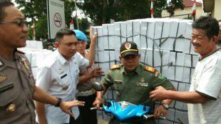 Muspika Bogor Tengah saat memeriksa kendaraan roda dua yangterjaring razia bermuatan lebih (dok. KM)