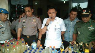 Camat Bogor Tengah, Kapolsek Bogor Tengah dan Danramil Bogor Tengah saat memberikan keterangan operasi miras (dok. KM)