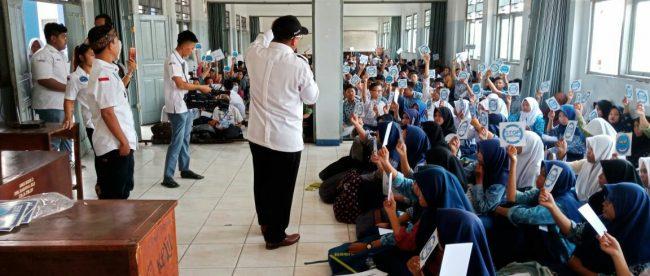 Ketua MAPAN memaparkan tentang bahaya narkoba di SMK Binakarya Mandiri 2, Bekasi (dok. KM)