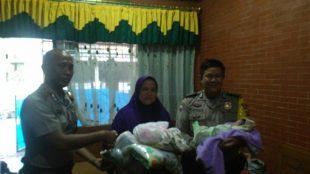 Petugas daei Polsek Gunungputri, Kabupaten Bogor, menyerahkan bayi yang ditinggal orangtuanya kepada Bidan Desa Bojong Kulur, Sabtu 28/7/2018 (dok. KM)