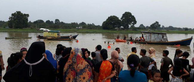 Kerumunan warga menyaksikan upaya BPBD Pelalawan mencari bocah yang tenggelam di sungai Kualo Kerinci, Pelalawan, Sabtu 28/7/2018 (dok. KM)