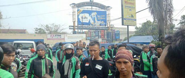 Pengemudi ojek online yang berkerumun di luar kantor perusahaan pembiayaan NSC Finance di Kota Bogor, Selasa 31/7 (dok. KM)