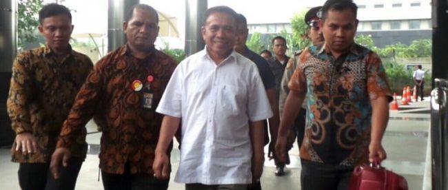 Gubernur Aceh Irwandi YUsuf tiba di KPK untuk menjalani pemeriksaan, Selasa 3/7/2018 (dok. Tribunnews.com)
