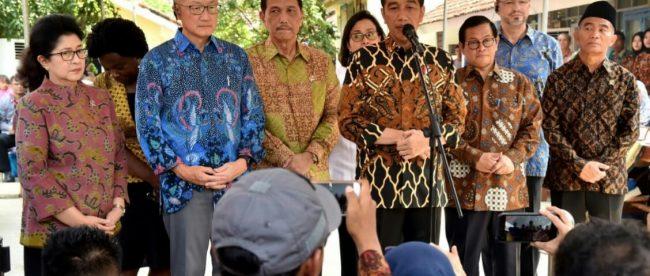 Presiden Joko Widodo saat blusukan ke Desa Tangkil, Kecamatan Caringin, Kabupaten Bogor, bersama Presiden Bank Dunia, Jim Yong Kim, Rabu 4/7/2018 (dok. KM)