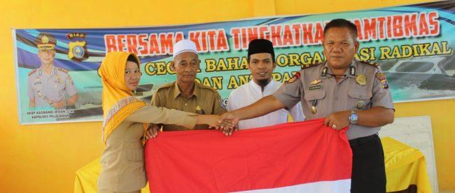 Kasatpolair Polres Pelalawan Iptu YP Aritonang bersama Kepala Desa Sering HM Yunus dan Ustadz Mukminin di