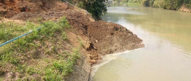 Dampak pekerjaan PDAM Tirta Pakuan Kota Bogor ke aliran sungai di Ciherang Pondok, Bogor, Kamis 19/7 (dok.KM)