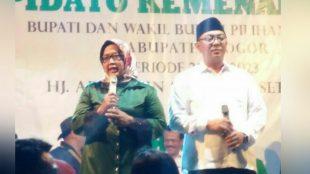 Pasangan bupati dan wakil bupati Bogor terpilih, Ade Yasin-Iwan Setiawan memberi pidato kemenangan di RY Center, Bogor, Sabtu 7/7/2018 (dok. KM)