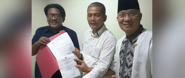 Ketua Umum PWRI Suriyanto memperlihatkan laporan pihaknya kepada Ombudsman RI atas dugaan pelanggaran komisioner Dewan Pers (dok. KM)