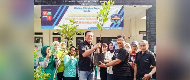 Inisiator GTP Heri Cahyono dan Lurah Ciwaringin Yayat Supriatna saat penanaman pohon ke-180 GTP (dok. KM)