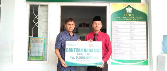 SMP IT Lukmanul Hakim menerima bantuan dari Pengadaian Syariah Cabang Keutapang, Banda Aceh, Rabu 25/7/2018 (dok. KM)