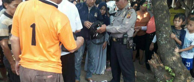 Polisi mengumpulkan keterangan warga di lokasi ditemukan jenazah pedagang cilok di Gunung Sindur, Kabupaten Bogor (dok. KM)