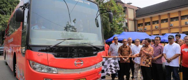 Wakil Wali Kota Tangerang Sachrudin meresmikan bus wisata keliling kota di Taman Gajah Tunggal Tangerang, 25/8/2018.
