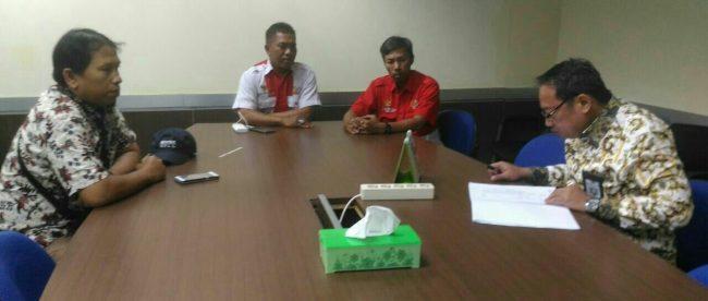 Kadisdik Kota Depok saat menerima Ketua DPC PWRI Kota Depok di ruang kerjanya (dok. KM)