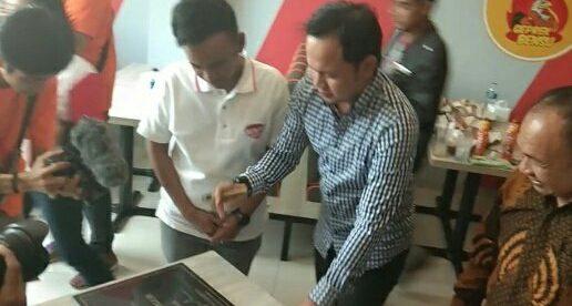 Walikota Bogor Bima Arya Sugiarto bersama Ruben Onsu saat tanda tangan peresmian outlet restoran Geprek Bensu di Empang, Kota Bogor (dok. KM)